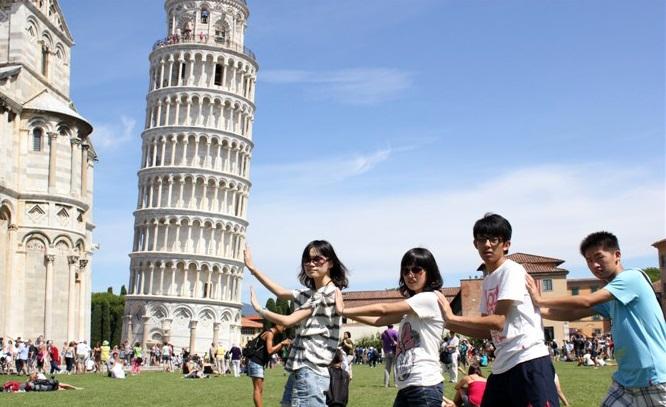 turisti cinesi a Pisa